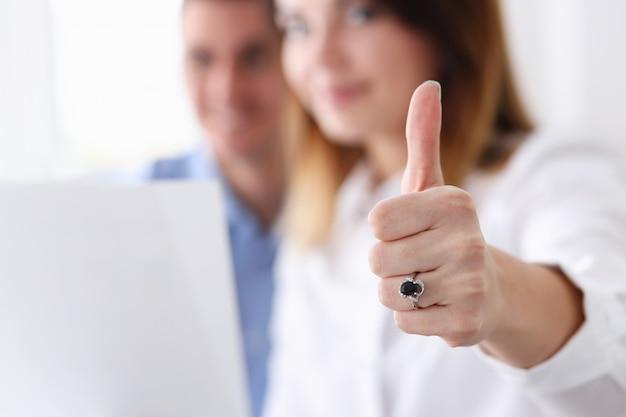 Mano femenina mostrando ok o signo de aprobación con el pulgar
