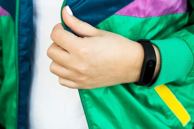 Mano femenina con una pulsera de fitness.