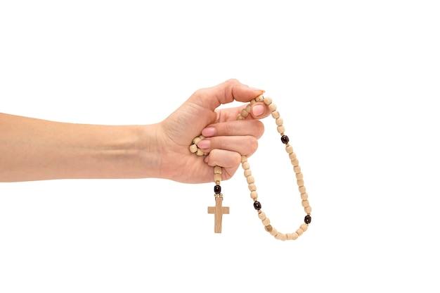 Mano femenina que sostiene el rosario. aislado en blanco