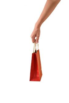 Mano femenina sosteniendo bolsas de compras papaer rojo
