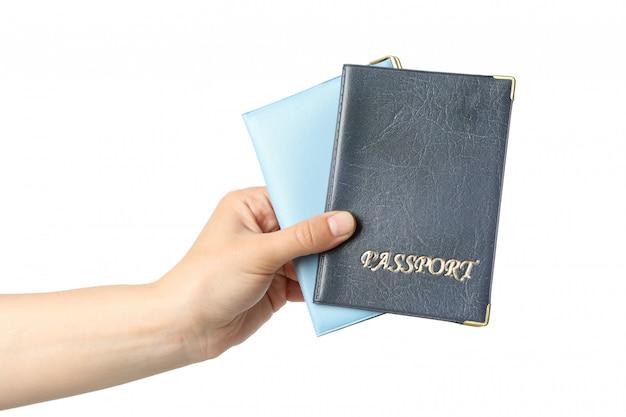 Mano femenina sostiene la tapa del pasaporte, aislado en blanco
