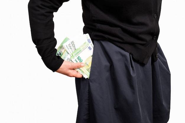 Mano femenina tiene dinero de fondo blanco de bolsillo euro