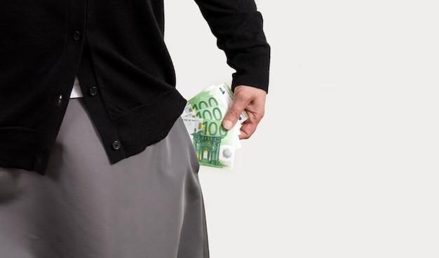 Mano femenina tiene dinero de fondo blanco euro bolsillo