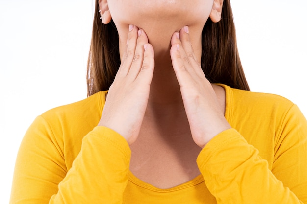 Mano femenina tocando el nódulo tiroideo aislado fondo blanco.