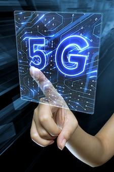 Mano femenina tocando una pantalla de renderizado 3d digital con signo 5g