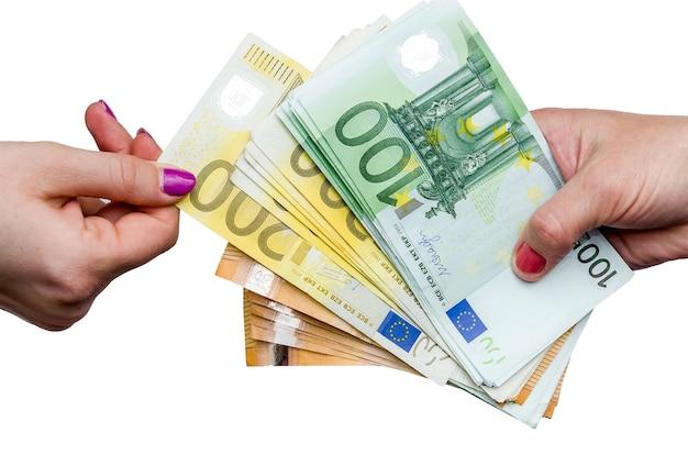 Mano femenina tomando billetes en euros de pila