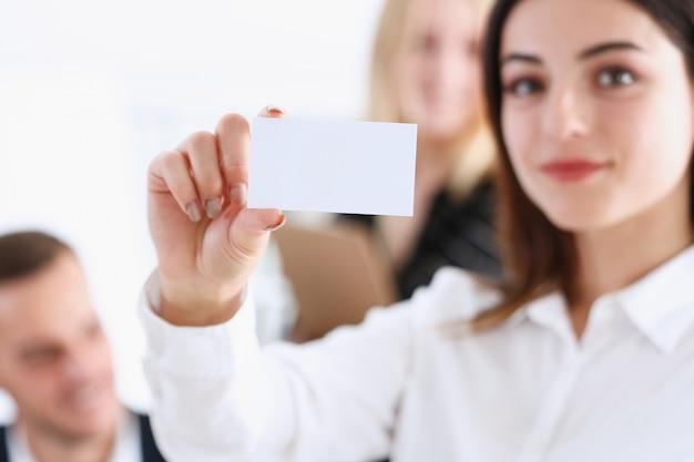 Mano femenina en traje dar llamadas en blanco