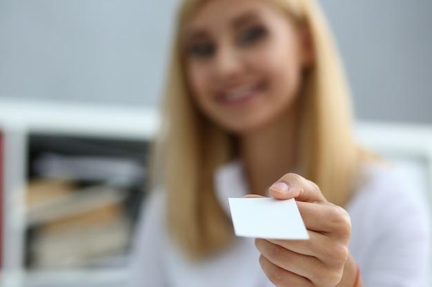Mano femenina en traje dar tarjeta de visita en blanco a hombre