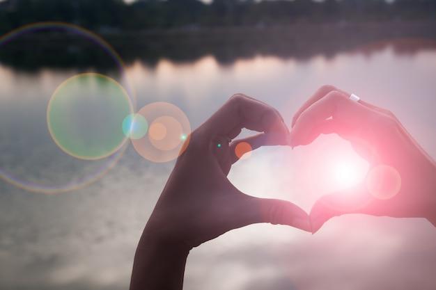 Mano en forma de corazón de amor