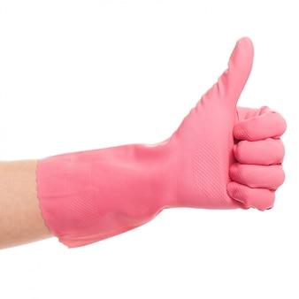 La mano en un guante doméstico rosa muestra bien