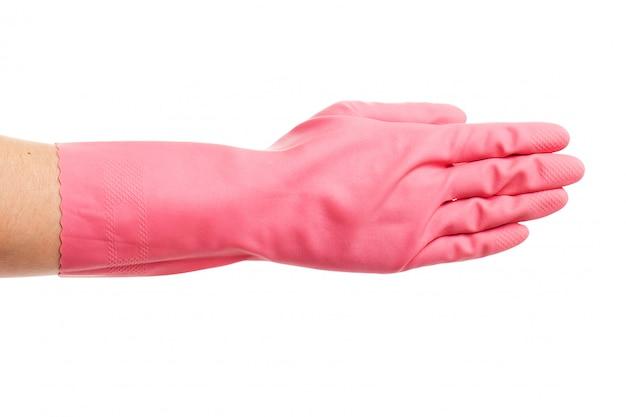 La mano en un guante doméstico rosa muestra