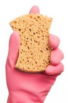 Mano en un guante rosa con esponja