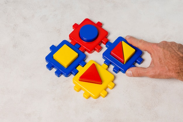 Mano haciendo puzle