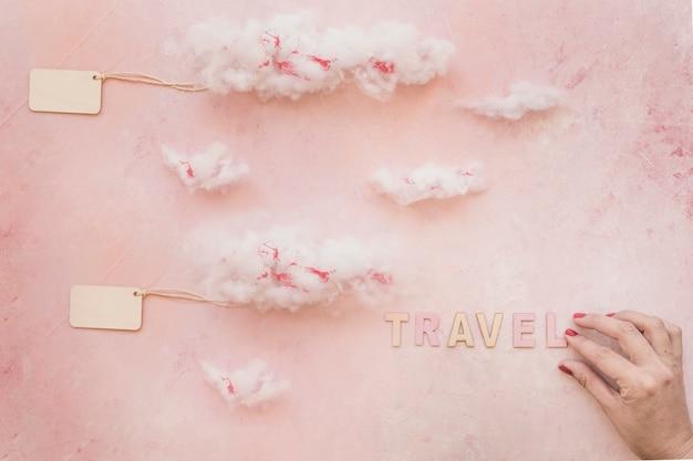 Mano haciendo texto de viaje y etiqueta nublada en la pared