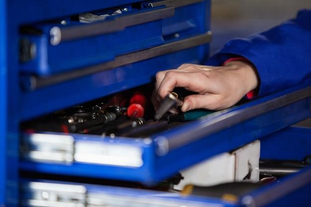 La mano de las herramientas de sujeción mecánico