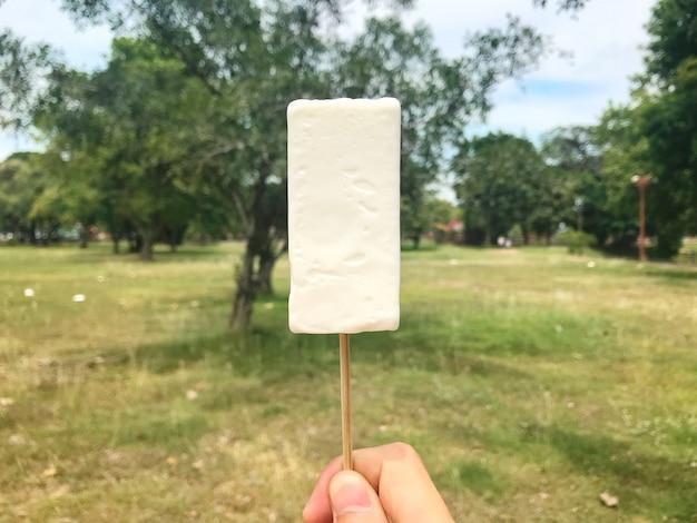 Mano holdind helado antiguo corte