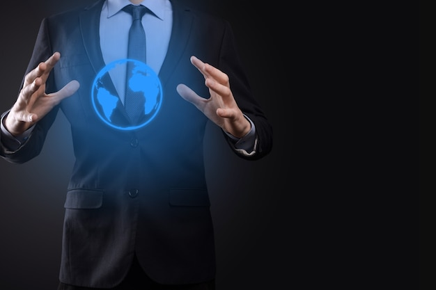 Mano de hombre empresario sosteniendo el icono de la tierra, globo digital