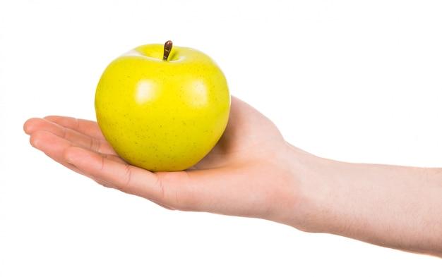 Mano de hombre con una manzana aislada en blanco
