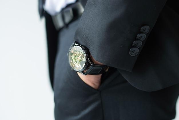 Mano de hombre de negocios en el bolsillo de los pantalones