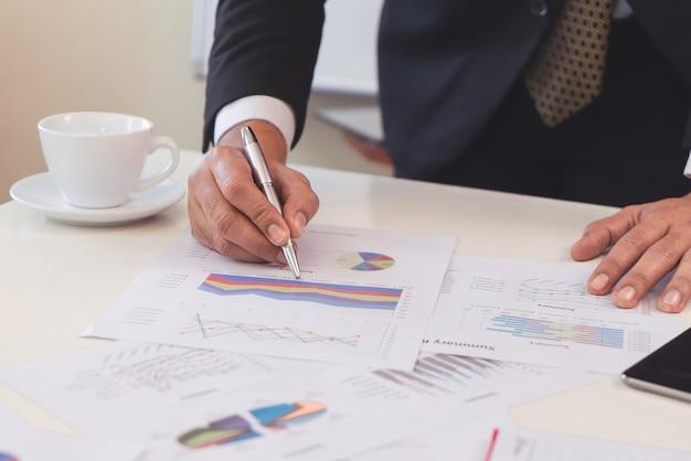Mano de hombre de negocios escribiendo en un cuaderno