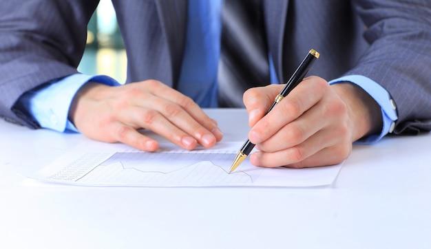 Mano de hombre de negocios con lápiz firmar documento de contrato