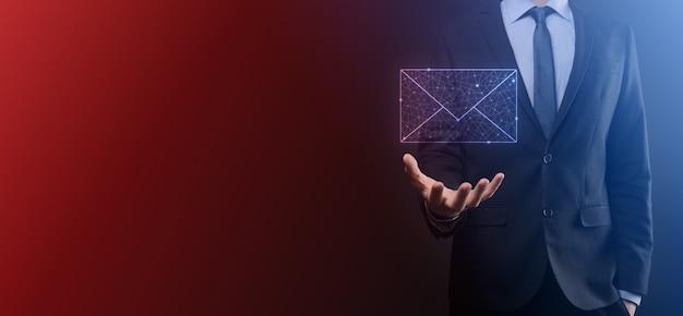 Mano de hombre de negocios sosteniendo el icono de correo electrónico, contáctenos por correo electrónico del boletín y proteja su información personal del correo no deseado