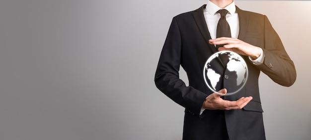 Mano de hombre de negocios sosteniendo el icono de la tierra, globo digital.