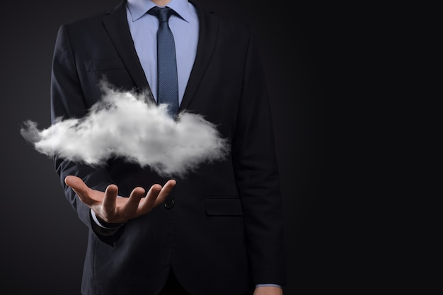 Mano de hombre de negocios sosteniendo la nube. concepto de computación en la nube, cerca del hombre de negocios joven con nube sobre su mano.