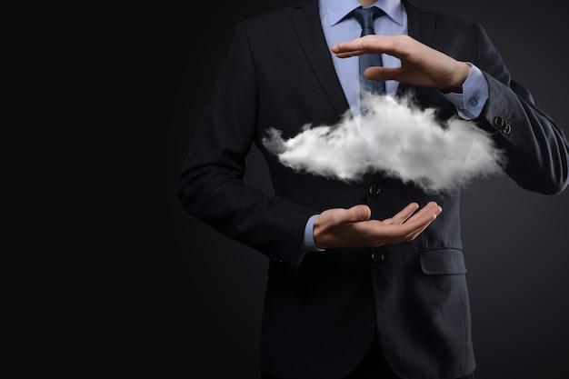 Mano de hombre de negocios sosteniendo la nube. concepto de computación en la nube, cerca del hombre de negocios joven con la nube sobre su mano.