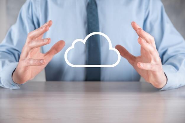 Mano de hombre de negocios sosteniendo la nube. concepto de computación en la nube, cerca del joven hombre de negocios con la nube sobre su mano. el concepto de servicio en la nube.