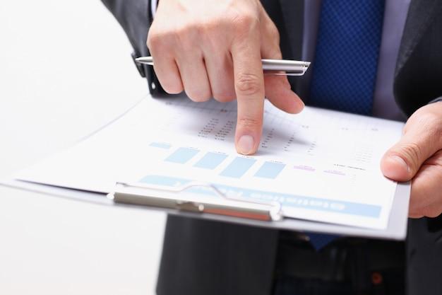 Mano de hombre de negocios en traje de relleno y firma