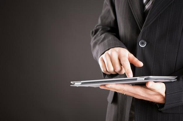 Mano de hombre de negocios, utilizar, tableta, computadora