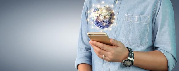Mano del hombre que sostiene el dispositivo de teléfono inteligente y pantalla táctil