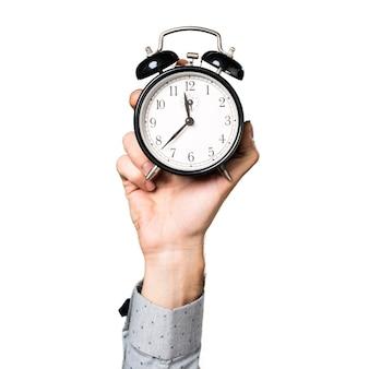 Mano del hombre que sostiene el reloj de la vendimia