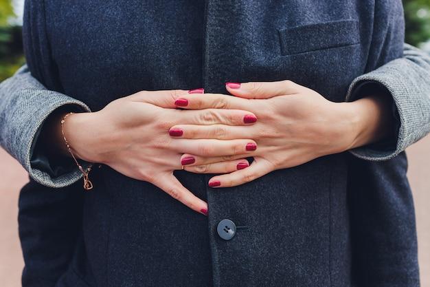 La mano del hombre que sostiene suavemente la mano de la mujer - tiro del primer.