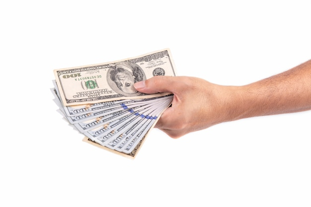 Mano de hombre sosteniendo el dólar aislado sobre fondo blanco