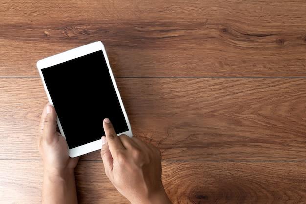 Mano de hombre sosteniendo la maqueta de pantalla de teléfono inteligente negro