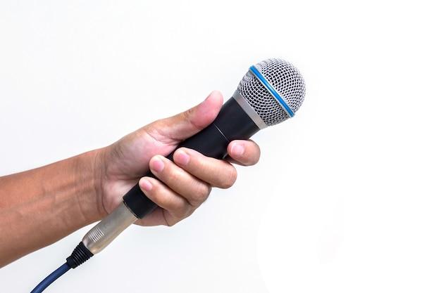 Mano de hombre sosteniendo el micrófono aislado sobre fondo blanco.