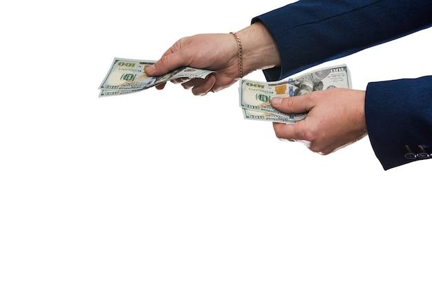 La mano del hombre en traje dándonos dólar aislado