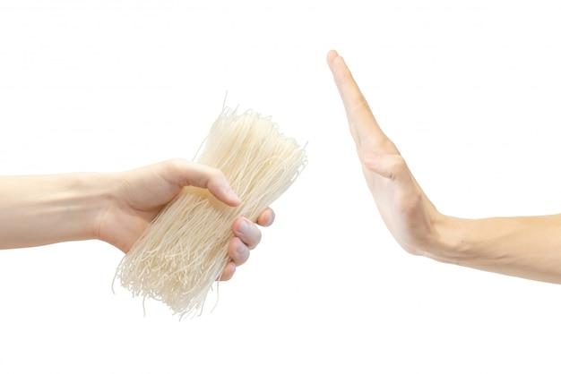 La mano de los hombres no toma pasta de arroz.