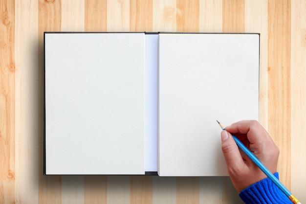 Mano humana escribiendo