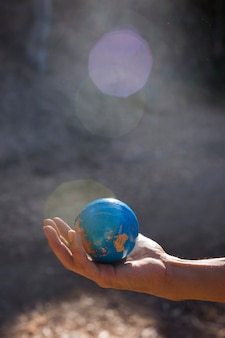 Mano humana sosteniendo el planeta tierra