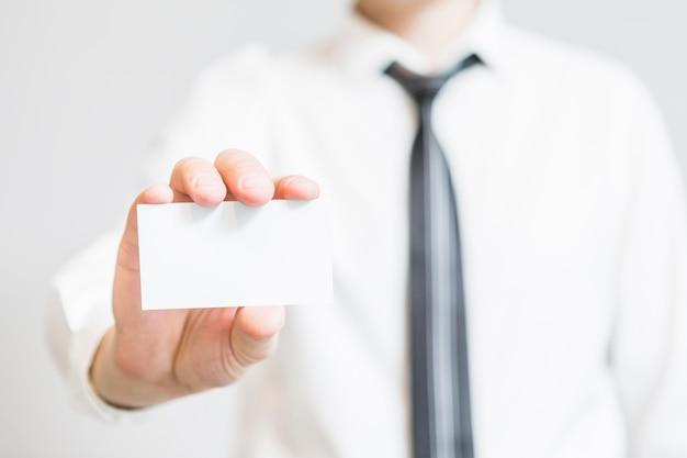 Mano humana sosteniendo la tarjeta de visita en blanco