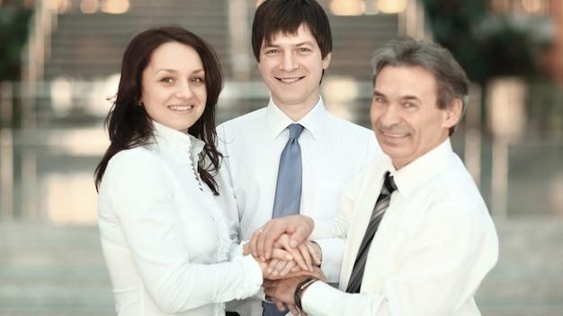 Mano juntos grupo oficina trabajo en equipo mostrar el poder del concepto de éxito comunidad de colaboración corporativa