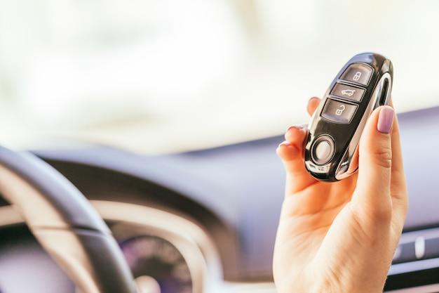 De la mano con las llaves del automóvil