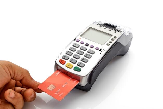 Mano con máquina de tarjeta de crédito