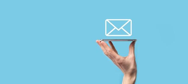 Mano masculina con icono de letra, iconos de correo electrónico. póngase en contacto con nosotros por correo electrónico del boletín y proteja su información personal del correo no deseado centro de atención al cliente contáctenos. email marketing y newsletter.