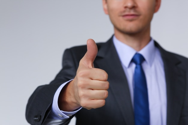 Mano masculina mostrando ok o confirmar signo