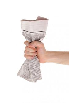 Mano masculina y periódico aislado en blanco