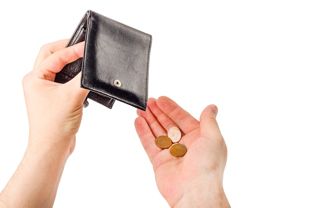 Mano masculina que abre una cartera y cuenta las monedas (dinero) aisladas en el fondo blanco. crisis económica mundial. problema financiero sin trabajo, concepto de quiebra. copiar espacio para texto